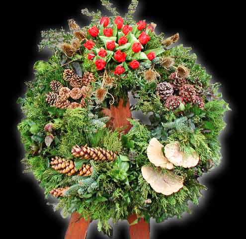 Waldkranz mit kleinem Saisonblumentuff